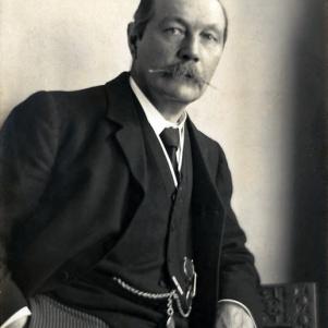 arthur_conany_doyle_by_walter_benington_1914