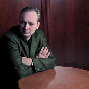 16.09.2009, Berlin: Ferdinand von Schirach posiert für ein Foto im Hotel Adlon.