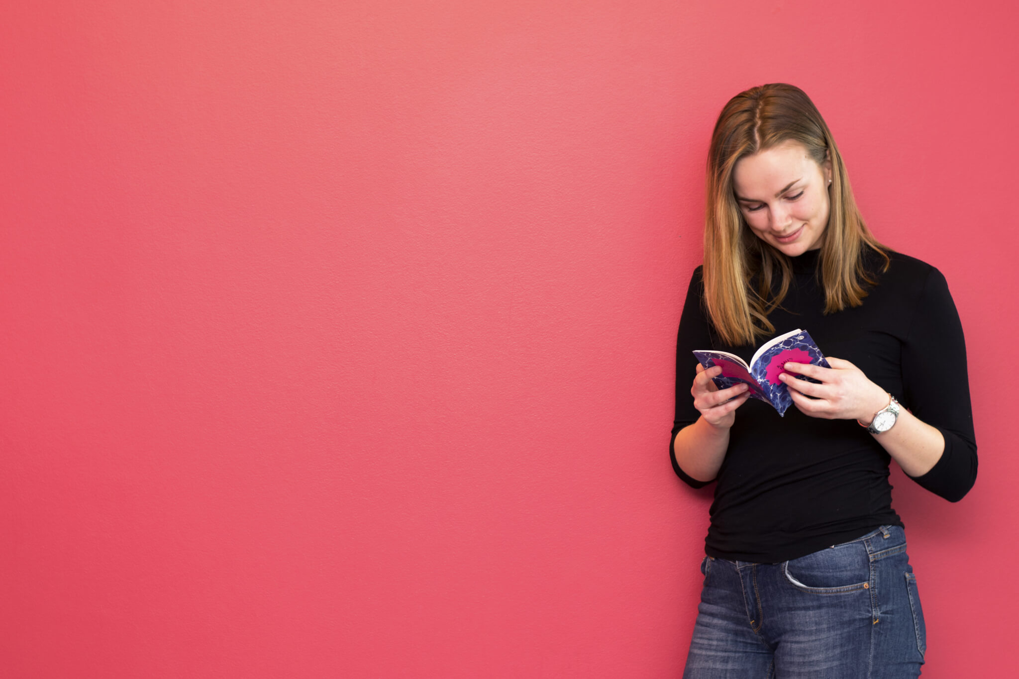 Flicka läser novell